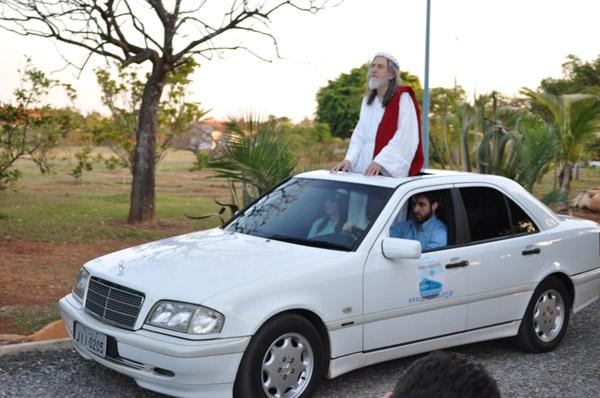 INRI CRISTO em um desfile de automóvel na Nova Jerusalém do Apocalipse c.21, Brasília – DF – Brasil, conduzido pelo jornalista Rafinha Bastos.