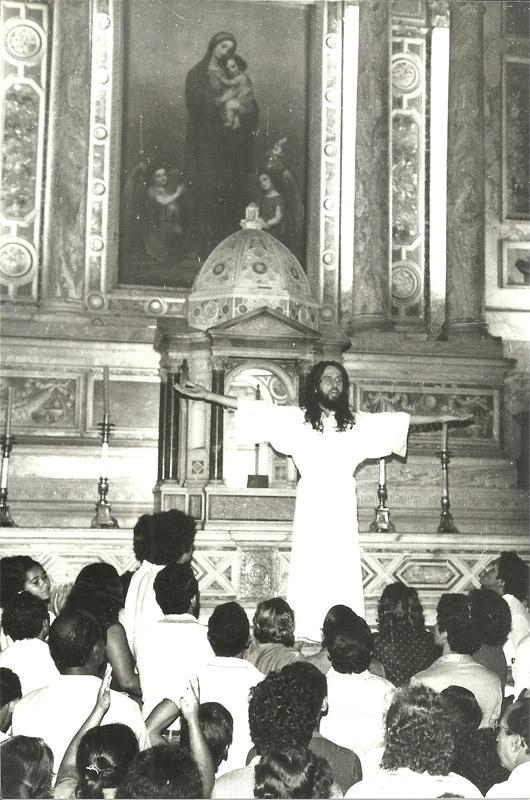 revolution-inri-cristo-main-altar